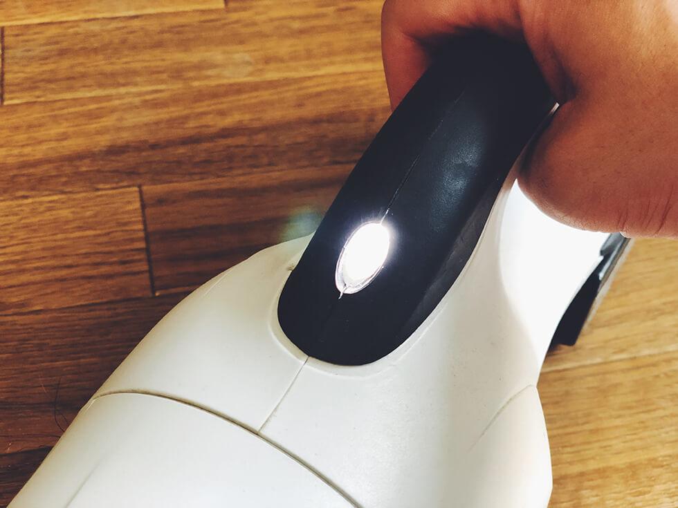 高輝度の LED ライト付きで暗い場所でも使いやすいコードレス掃除機