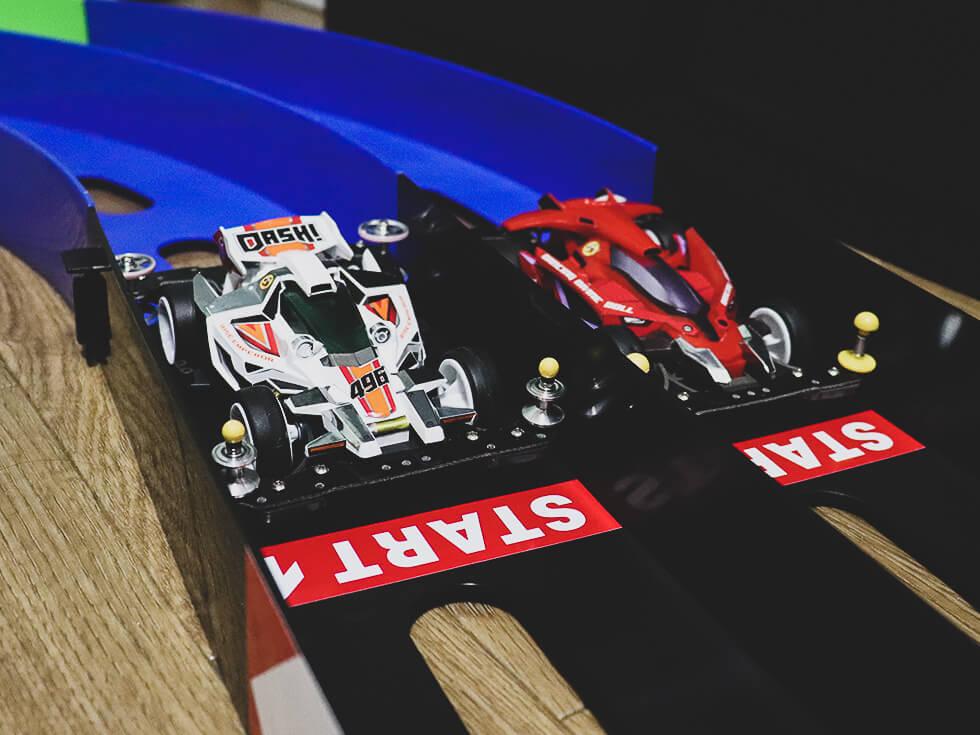ミニ四駆コースのオーバルホームサーキットを自宅に設置してレースを楽しんでみた【レビュー】