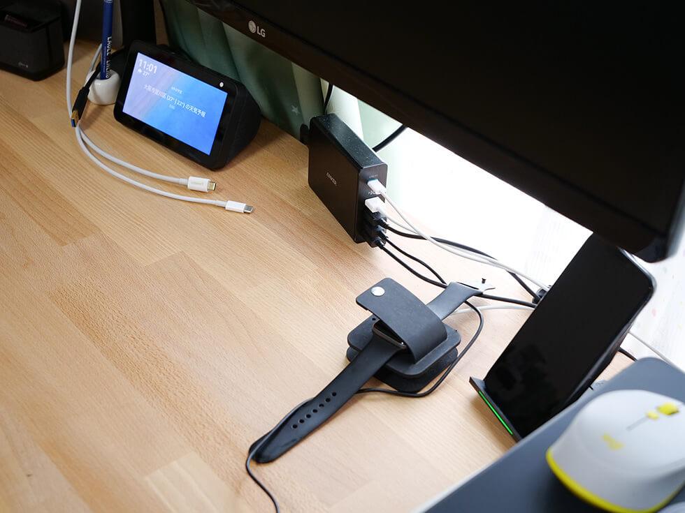 机の上のUSBケーブルなど
