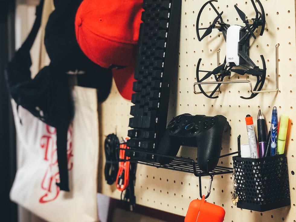 【収納棚をDIY】有孔ボードにガジェット・バッグ・キャップ・筆記用具を整理整頓