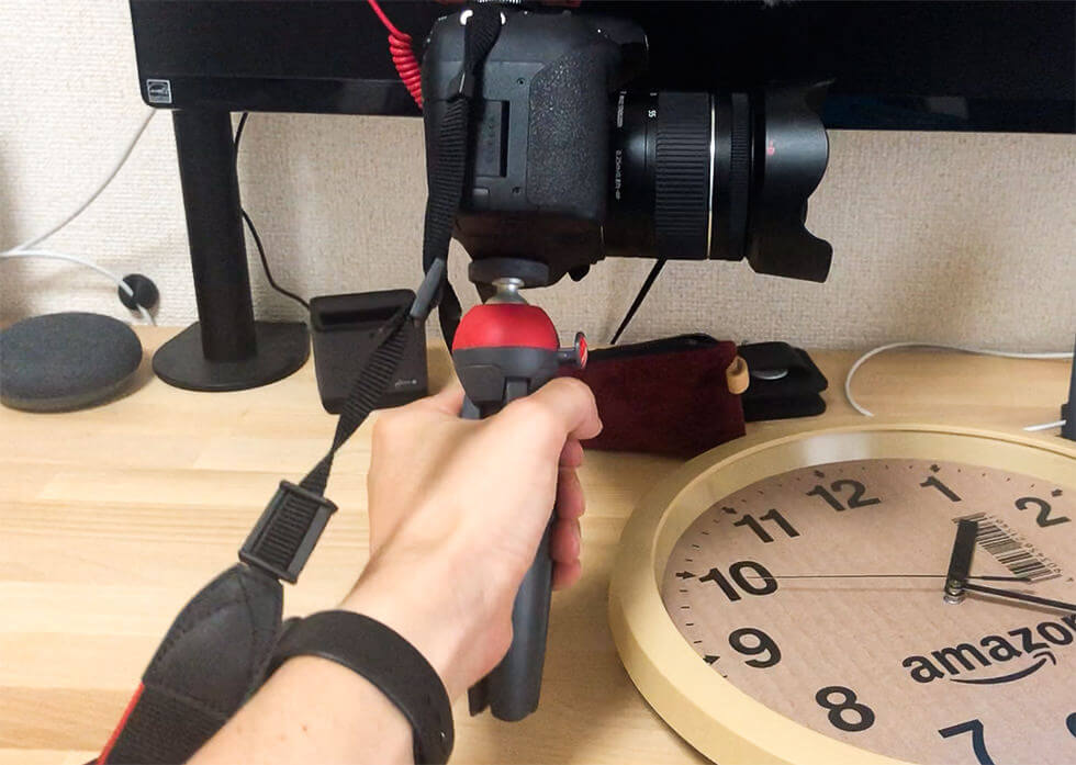 一眼レフカメラを設置したマンフロットのミニ三脚 PIXI を手で持ったところ