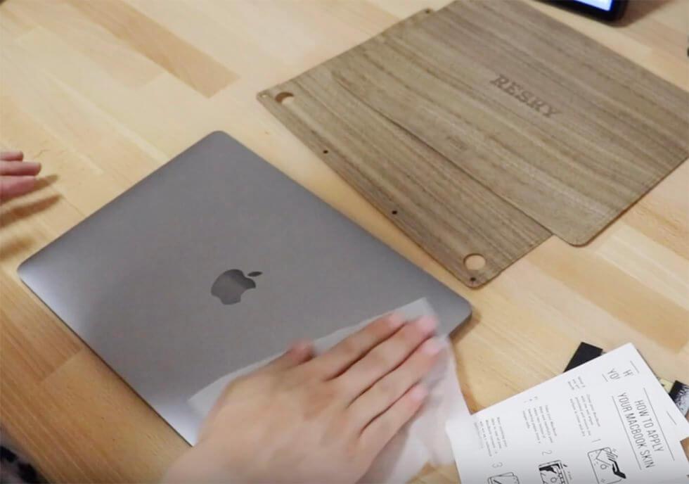 ウェットティッシュで MacBook Pro 本体の表面を拭いているところ