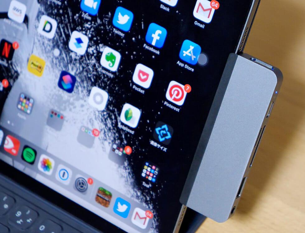 ケース付きのiPad Pro 11インチに Hyper Drive iPad Pro 専用 USBタイプCハブを取り付けたところ