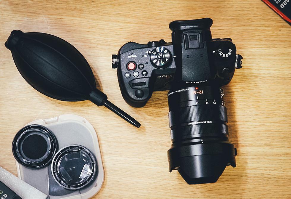 ミラーレスカメラとカメラクリーニング用品ブロワーを置いている所