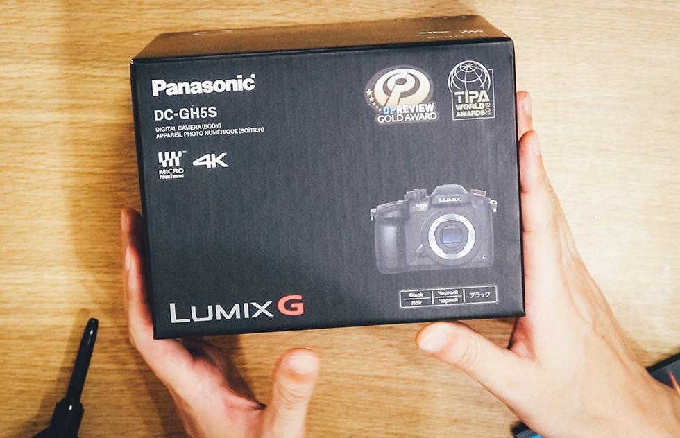 ミラーレスカメラ LUMIX DC-GH5Sを開封するところ