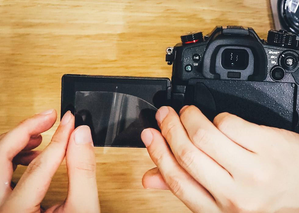 ミラーレスカメラの液晶に保護フィルムを貼る所