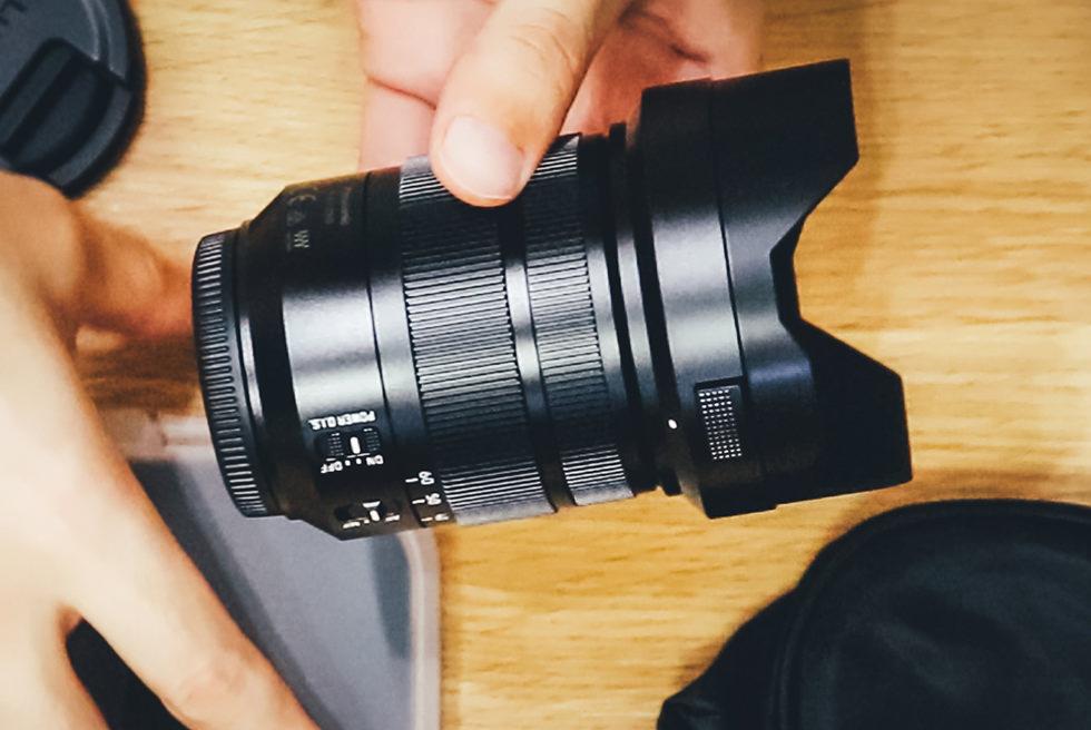 パナソニックのライカ(LEICA DG VARIO-ELMARIT 12-60mm/F2.8-4.0)にフードを装着