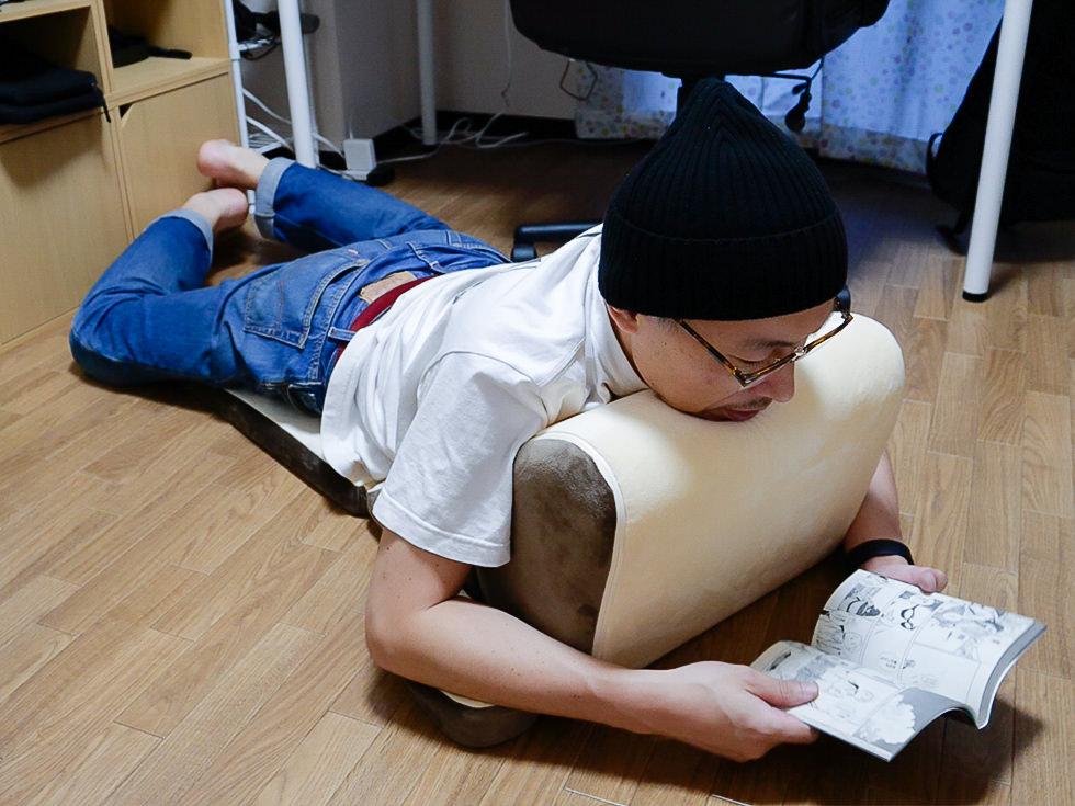 【テレビ枕】寝転がってスマホや読書しても顎が痛くならないホームセンターで売っている洗える低反発TVクッションが快適