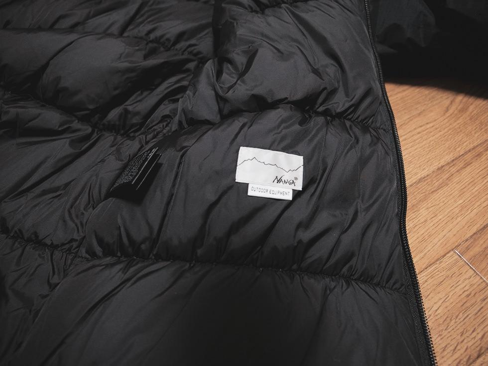 ダウンジャケットに刺繍されたNANGAのロゴ