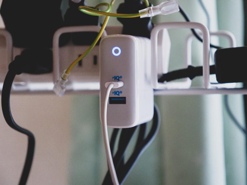 Anker PowerPort Atom IIIを使って充電しているところ