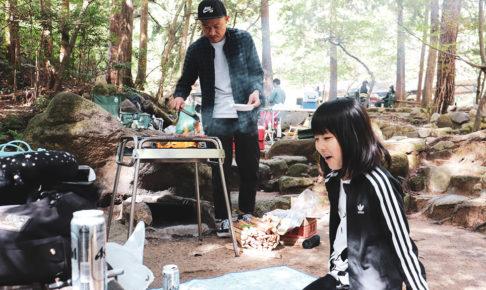 家族でファミリーキャンプを楽しんでいるところ