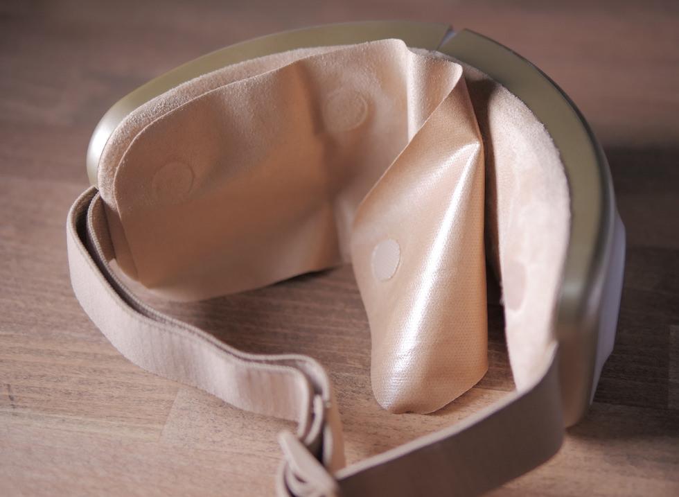 アイマッサージャーに汚れ防止カバーを付けて使うところ