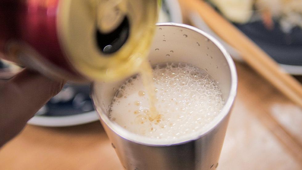 サーモスの真空断熱タンブラー JDI-400P-Sにビールを注いで夕食