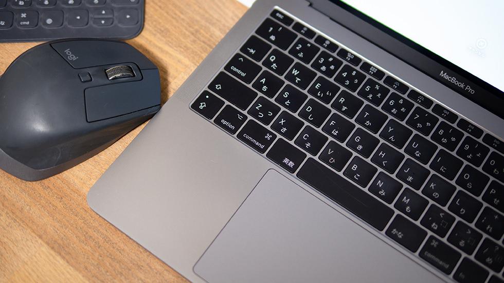 掃除をして綺麗になったMacBook Proとマウス