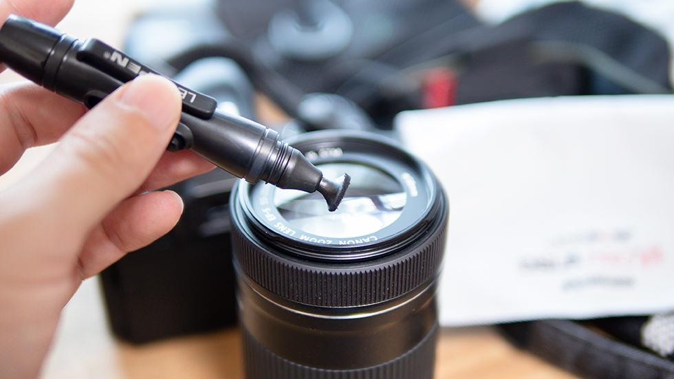 カメラのレンズを掃除