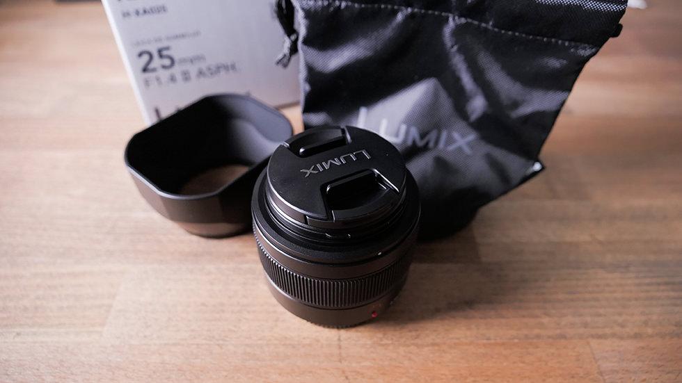 パナソニック 標準単焦点レンズ マイクロフォーサーズ用 ルミックス LEICA DG SUMMILUX 25mm/F1.4 II ASPH. ブラック H-XA025を開封したところ
