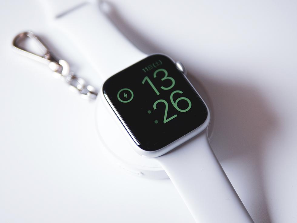 Apple WatchをiWatchで充電しているところ