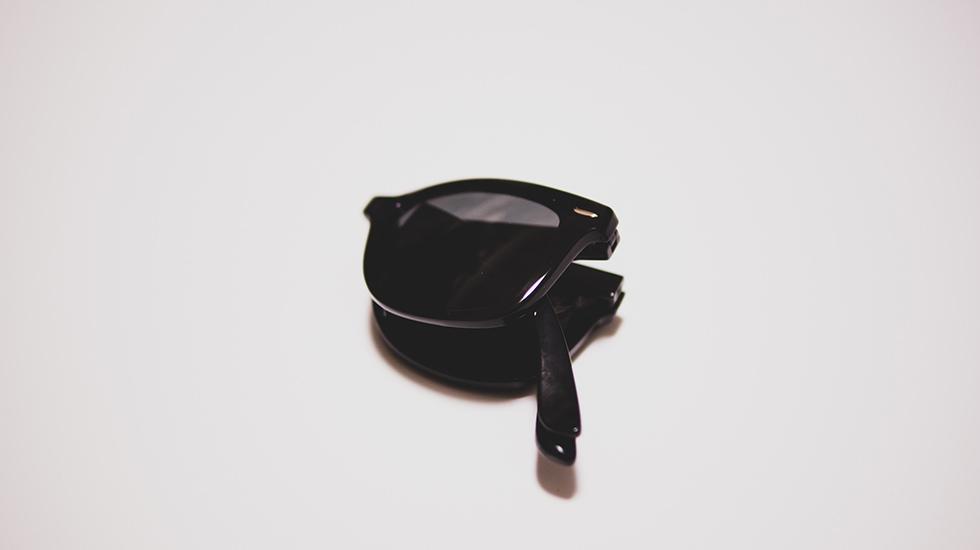 ユニクロのサングラスを折りたたんだ所