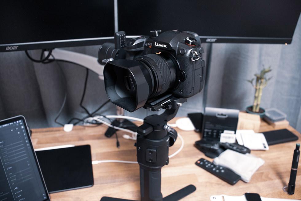 組み立てが完了したミラーレスカメラ用ジンバル DJI Ronin-SC